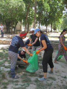 NSLI-Y Students help clean up the community